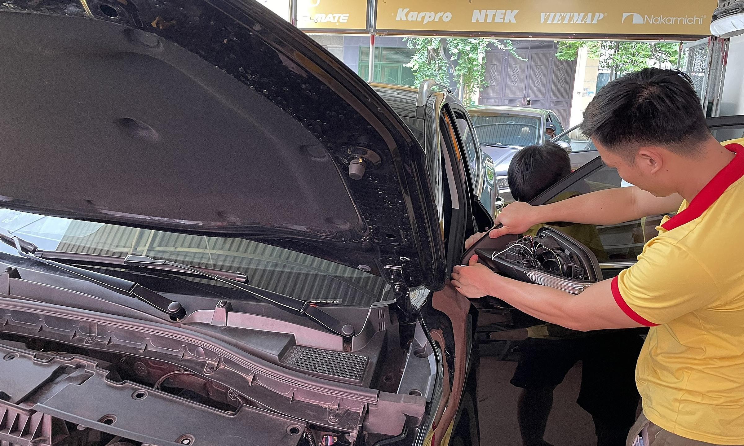 Nhân viên kỹ thuật lắp đặt đồ chơi tại một cửa hàng ở Mỹ Đình, Hà Nội. Ảnh: Đoàn Dũng