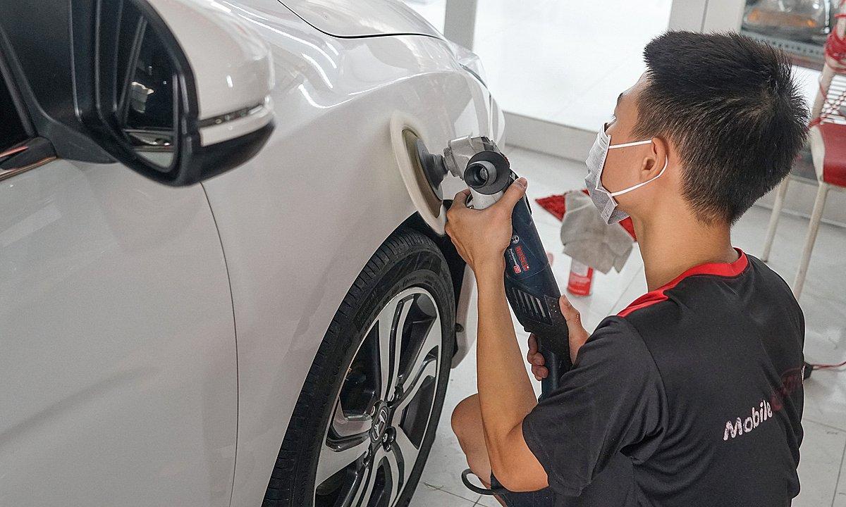 Nhân viên chăm sóc xe tại một garage ở quận 12, TP HCM, tháng 4/2021. Ảnh: Quang Phú