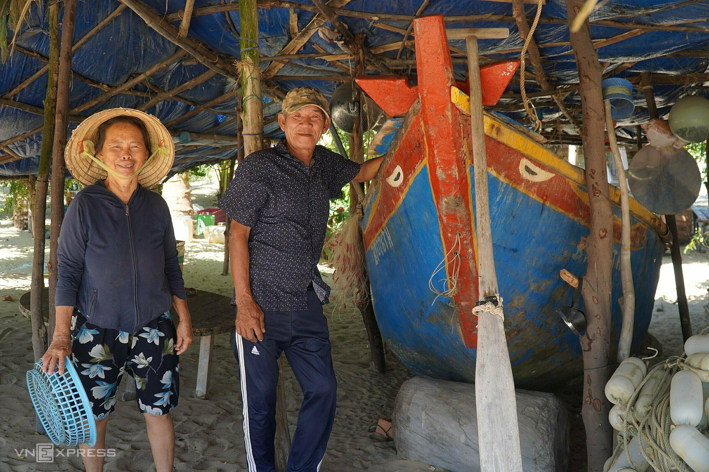 Vợ chồng ông Nguyễn Phụng bên con thuyền cũ được giữ lại suốt 4 năm qua. Ảnh: Việt Quốc