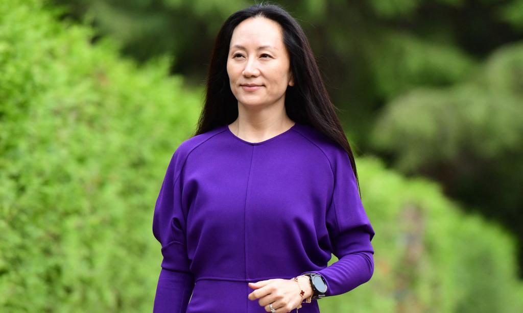 Giám đốc tài chính Huawei Mạnh Vãn Chu rời nhà ở Vancouver, Canada, để tới phiên điều trần hôm 18/8. Ảnh: AFP.
