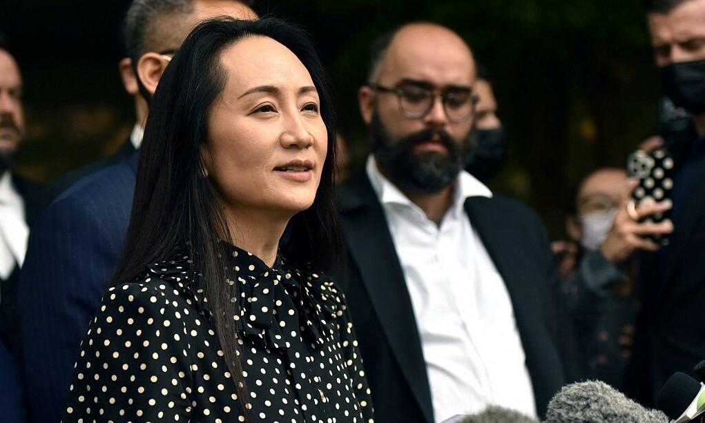 Giám đốc tài chính Huawei Mạnh Vãn Chu (thứ nhất, từ trái sang) trả lời báo chí tại thành phố Vancouver, Canada sau khi được trả tự do ngày 24/9. Ảnh: AFP.