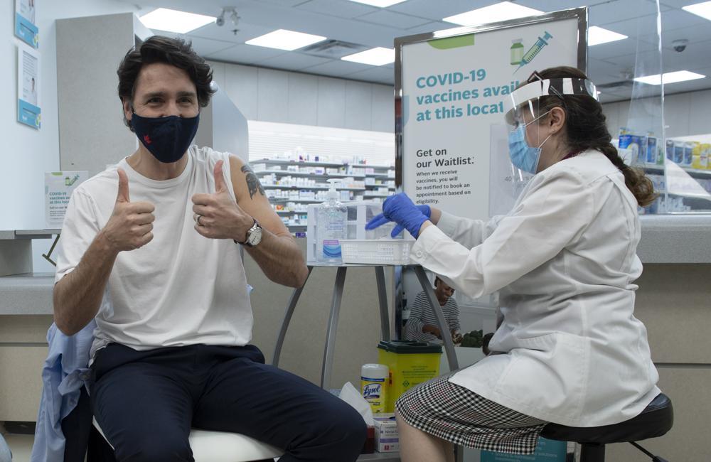 Thủ tướng Canada Justin Trudeau (trái) tiêm vaccine AstraZeneca ở Ottawa hôm 23/4. Ảnh: AP.