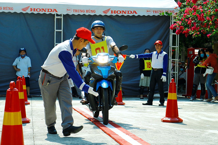 Nhân viên của Honda Việt Nam hướng dẫn khách hàng tại một sự kiện.
