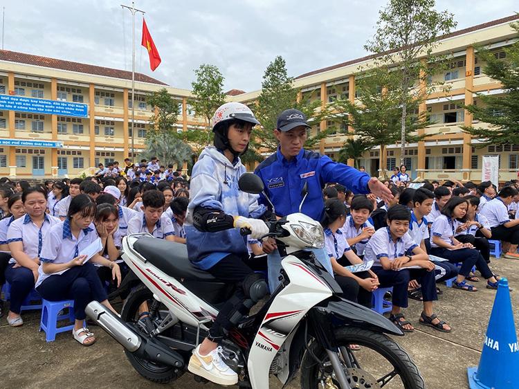 Nhân viên của Yamaha (áo xanh) và các học sinh cấp 3 tại một sự kiện an toàn giao thông.