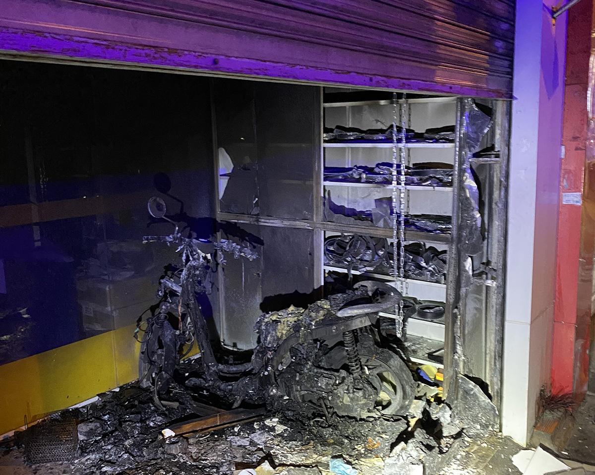 Xe máy cháy rụi sau cửa cuốn khiến hai vợ chồng bị mắc kẹt. Ảnh: Phòng CS PCCC TP HCM