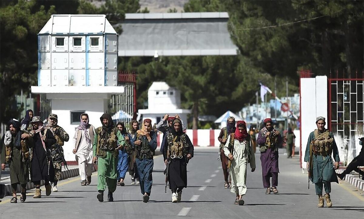 Các thành viên Taliban đi bên ngoài cổng chính của sân bay Kabul ngày 28/8. Ảnh: AFP.