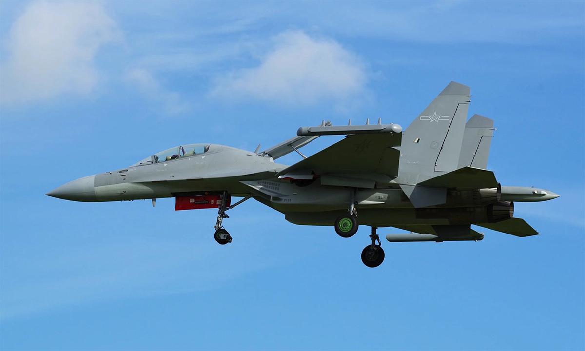 Máy bay tác chiến điện tử J-16D hạ cánh xuống thành phố Chu Hải, Trung Quốc ngày 21/9. Twitter/TheBaseLeg.