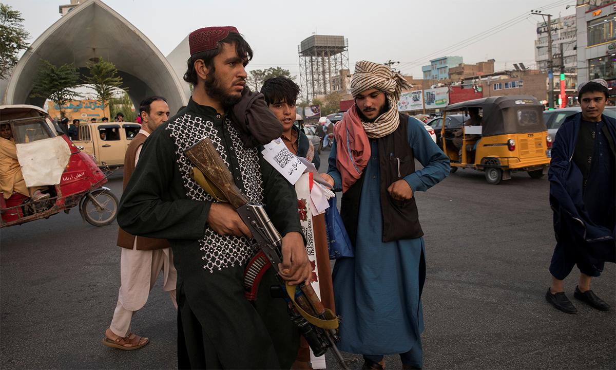 Các tay súng Taliban đi tuần trên đường phố Herat ngày 10/9. Ảnh: Reuters.