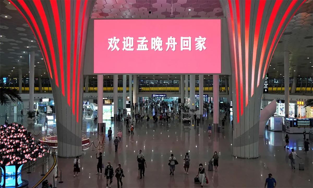 Bảng điện tử hiện dòng chữ chào mừng Mạnh Vãn Chu về nhà tại sân bay Bảo An Thâm Quyến, Trung Quốc ngày 25/9. Ảnh: Reuters.