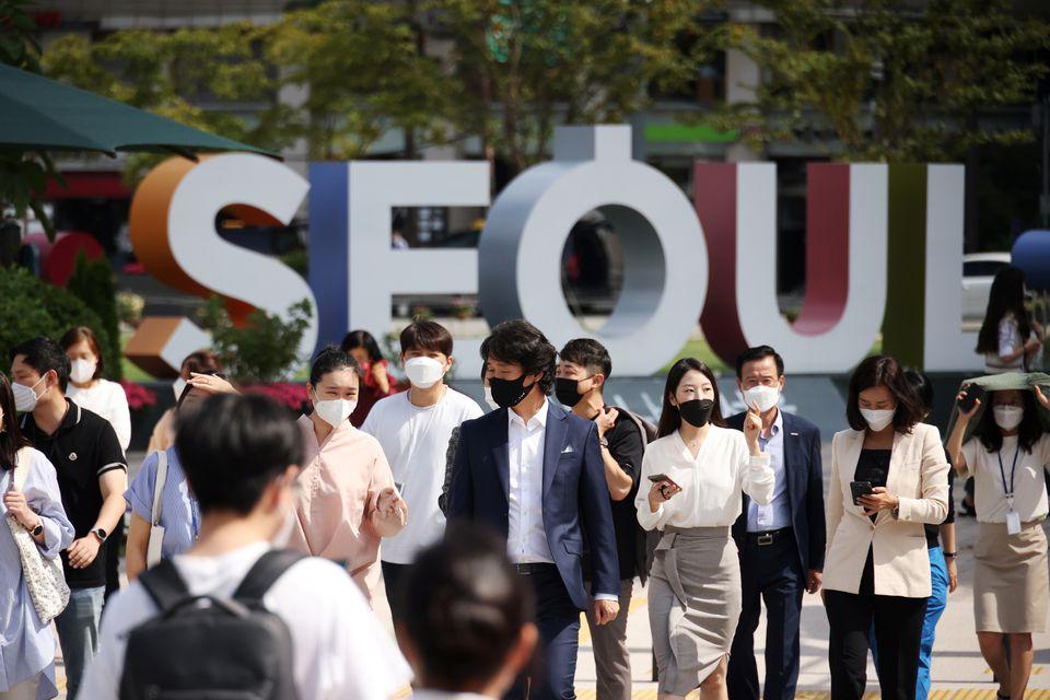 Người đi làm đeo khẩu trang phòng Covid-19 trên một con phố ở Seoul, Hàn Quốc hôm 4/9. Ảnh: Reuters.