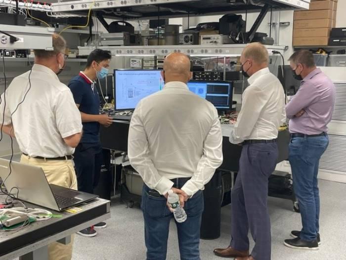 Lê Thái Sơn (áo xanh) trao đổi với CEO Nokia, Pekka Lundmark về những công nghệ mới anh cùng cộng sự đang phát triển tại Nokia Bell Labs.