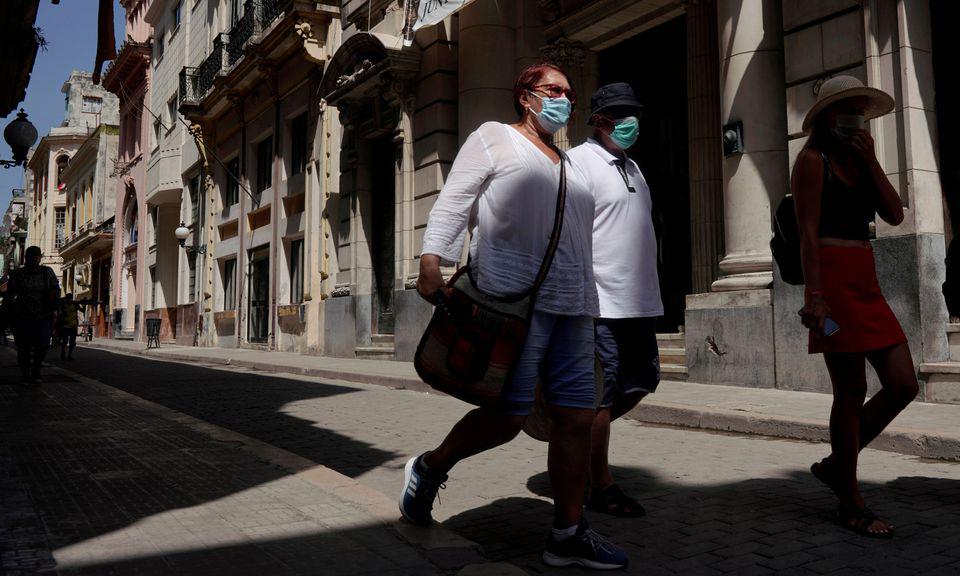 Người dân đi bộ tại khu trung tâm thủ đô Havana, Cuba, hôm 3/8. Ảnh: Reuters.