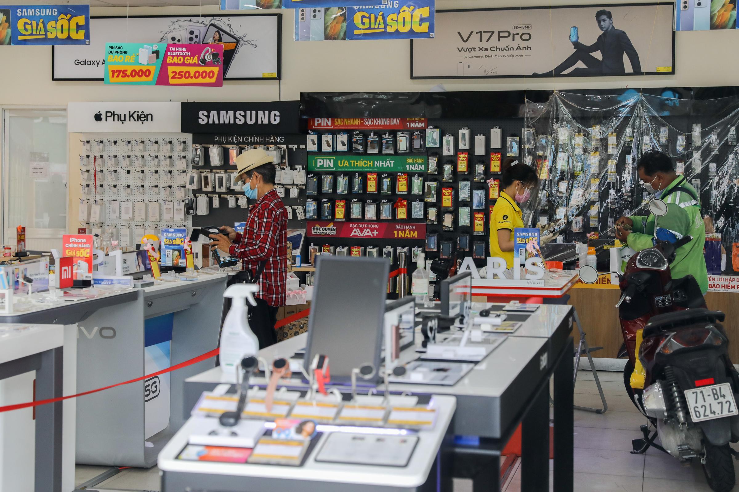 Nhiều cửa hàng ở quận 7 được thí điểm hoạt động lại ngày 16/9. Ảnh: Quỳnh Trần