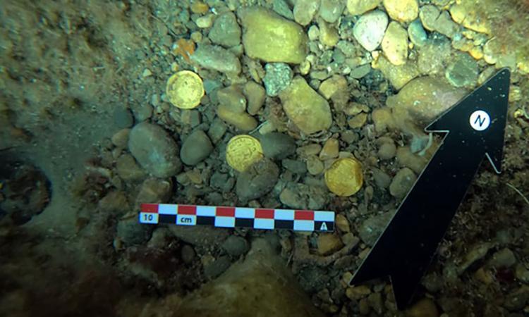 Một số đồng tiền vàng chìm dưới vùng biển gần Xàbia. Ảnh: Đại học Alicante