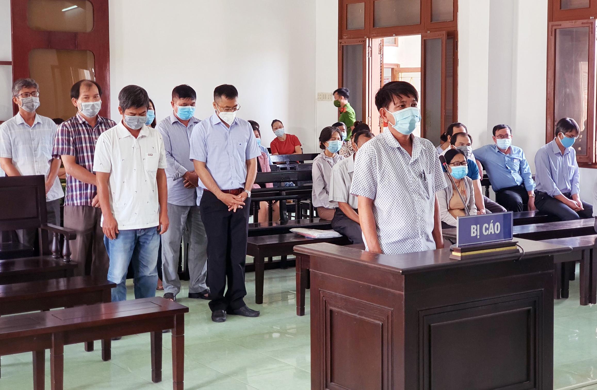 Các bị cáo trong vụ án lộ đề thi công chức tại tỉnh Phú Yên bị TAND đưa ra xét xử, sáng 25/9. Ảnh: An Phước.