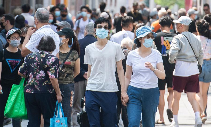 Người dân đeo khẩu trang trên phố ở Montreal, Quebec hồi tháng 8. Ảnh: Canadian Press.