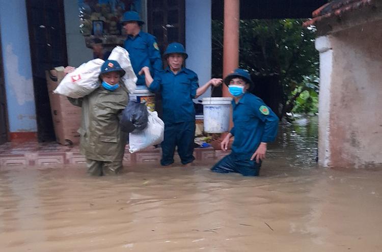 Lực lượng chức năng hỗ trợ người dân xã Quỳnh Trang (thị xã Hoàng Mai) di tản do nước tràn vào nhà, chiều 25/9. Ảnh: Văn Tuấn