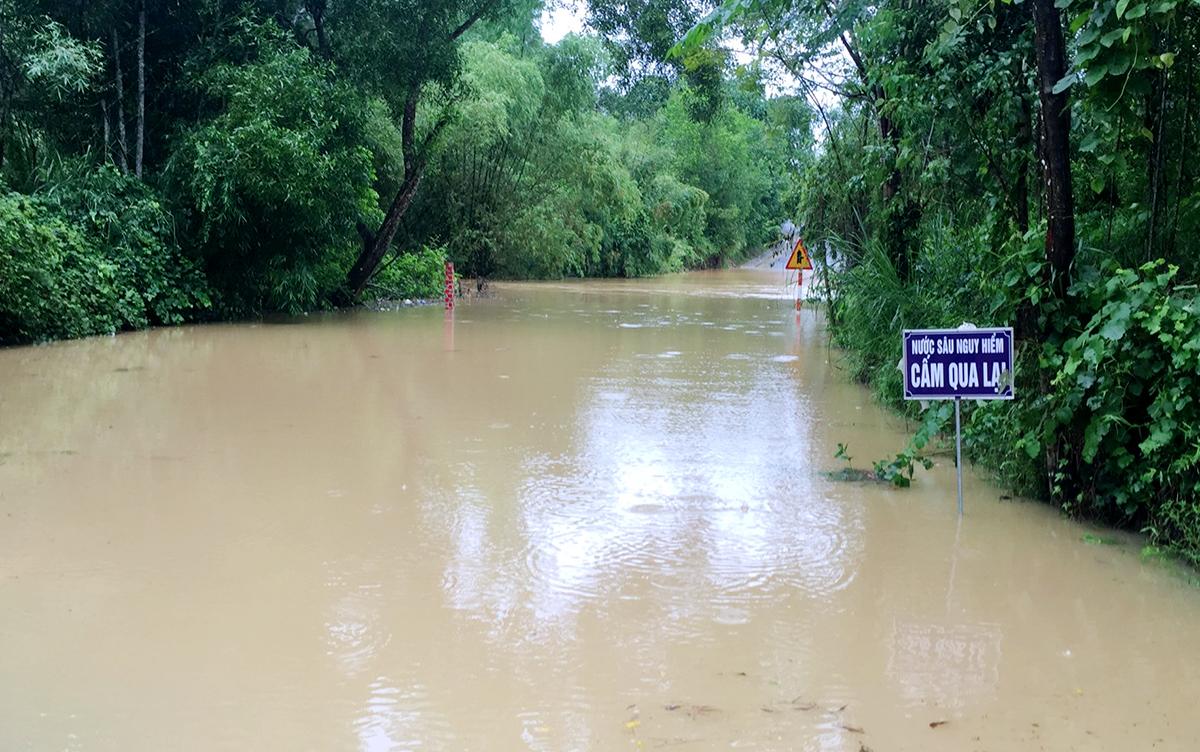 Quốc lộ 281 đoạn qua xã Kim Hoa bị ngập hơn 50 cm. Ảnh: Hùng Lê