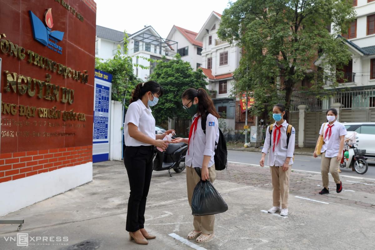 Học sinh Hà Nội trở lại trường sau hơn ba tháng học online để phòng dịch, tháng 5/2020. Ảnh: Ngọc Thành