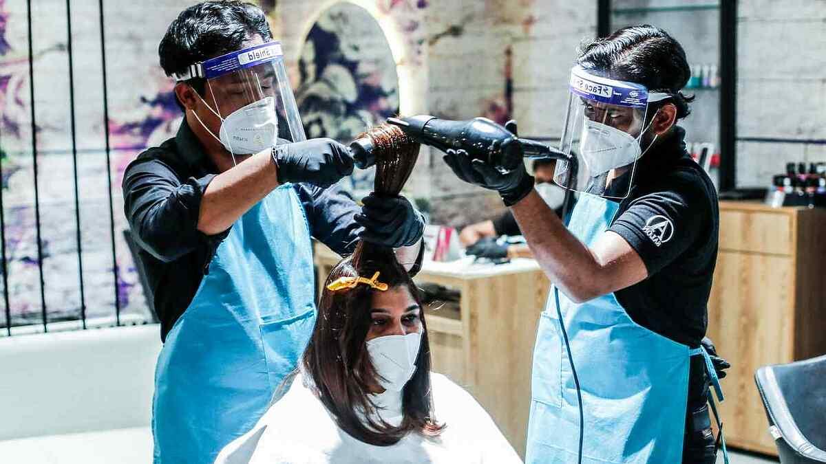 Một tiệm làm tóc ở Ấn Độ. Ảnh: Reuters