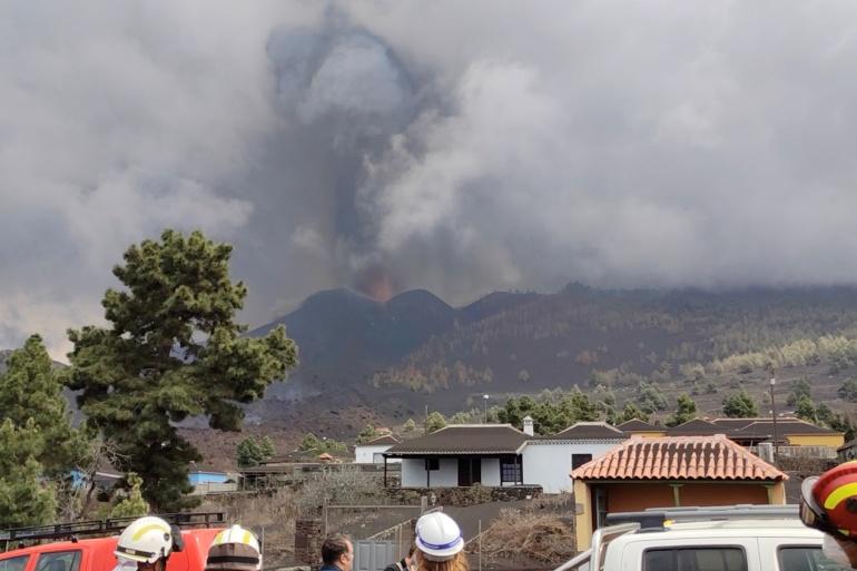 Khói bụi bốc lên từ miệng núi lửa mới phun trào trên đảo La Palma, thuộc quần đảo Canary, Tây Ban Nha hôm 24/9. Ảnh: Reuters.