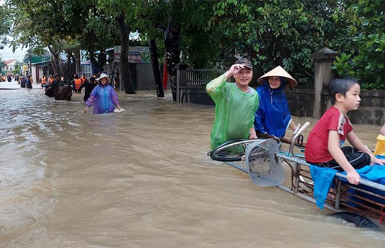 Người dân xã Quỳnh Lâm (huyện Quỳnh Lưu) di dời đồ đạc chiều 25/9. Ảnh: CTV