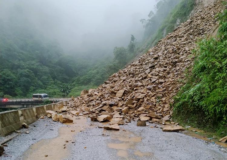 Đất đá từ vạt núi đổ xuống đường, chiều 25/9. Ảnh: Đức Hùng