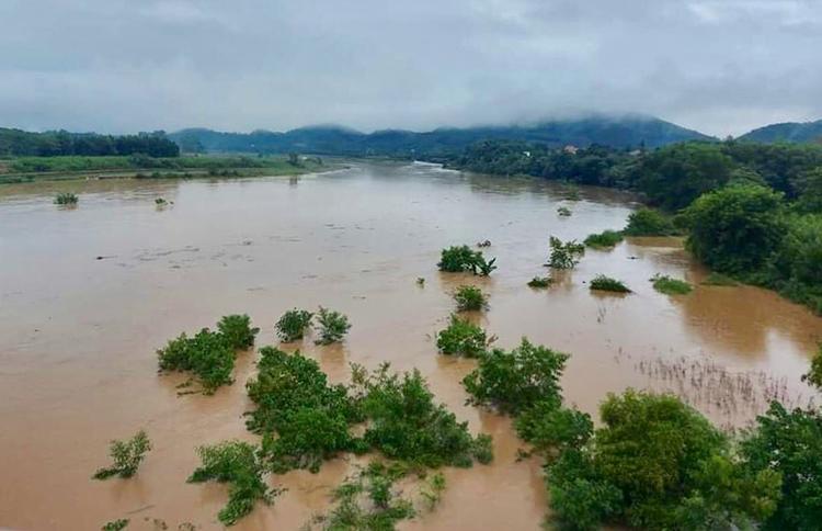 Nước trên sông Hiếu đoạn qua thị xã Thái Hoàng đang lên. Ảnh: CTV
