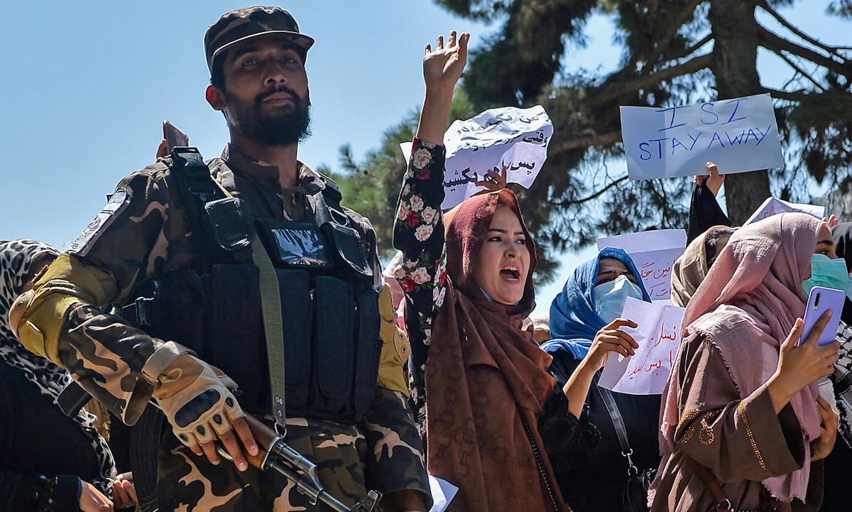 Một lính Taliban đứng giữa nhóm phụ nữ biểu tình ở Kabul hôm 7/9. Ảnh: AFP.