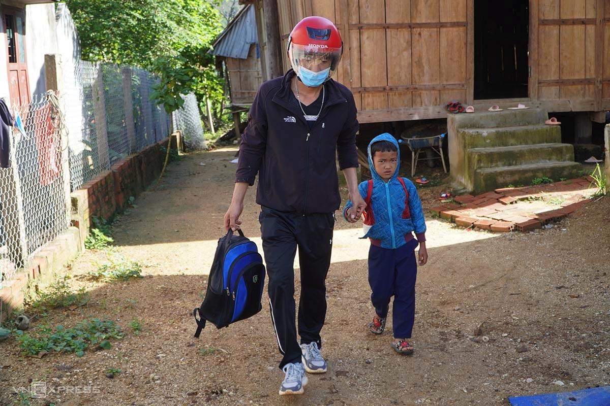 Đầu năm học giáo viên trường Phổ thông dân tộc bán trú Tiểu học và THCS Đăk Smar vào tận làng chở học sinh ra lớp. Ảnh: Trần Hoá