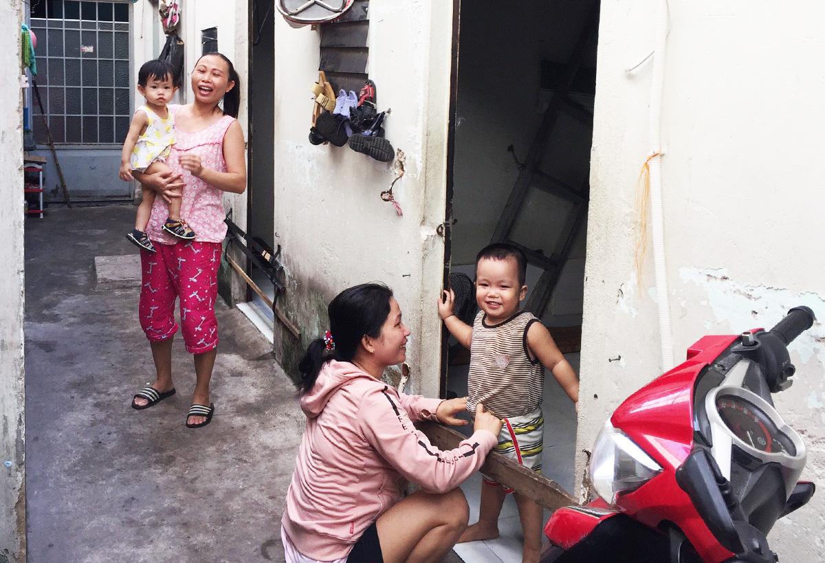 Người lao động mất việc do dịch sống ở khu nhà trọ trên đường Phạm Văn Chiêu, Gò Vấp. Ảnh: Lê Tuyết