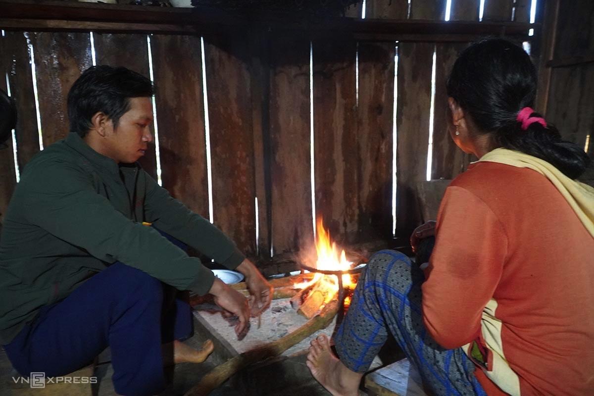 Anh Đinh Đăm bảo nếu không được hỗ trợ ăn ở bán trú, gia đình sẽ cho hai đứa con của mình ở nhà. Ảnh: Trần Hoá