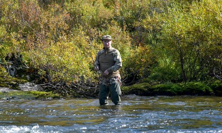 Bức ảnh được công bố hôm nay cho thấy Tổng thống Nga câu cá trong kỳ nghỉ tại một địa điểm ở Siberia vào tháng này. Ảnh: Sputnik.