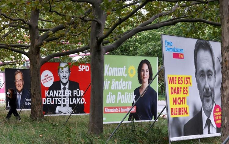 Những tấm biển quảng cáo cho các ứng viên cạnh tranh ghế thủ tướng Đức, từ trái qua Armin Laschet, Olaf Scholz, Annalena Baerbock và Christian Lindner, lãnh đạo đảng Dân chủ Tự do Đức. Ảnh: Reuters.