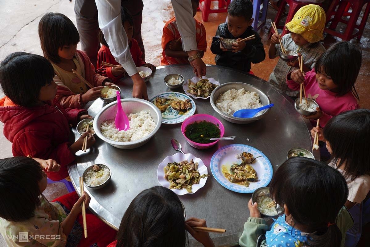 Bữa cơm bán trú của học sinh trường Phổ thông dân tộc bán trú Tiểu học và THCS Đăk Smar. Ảnh: Trần Hoá