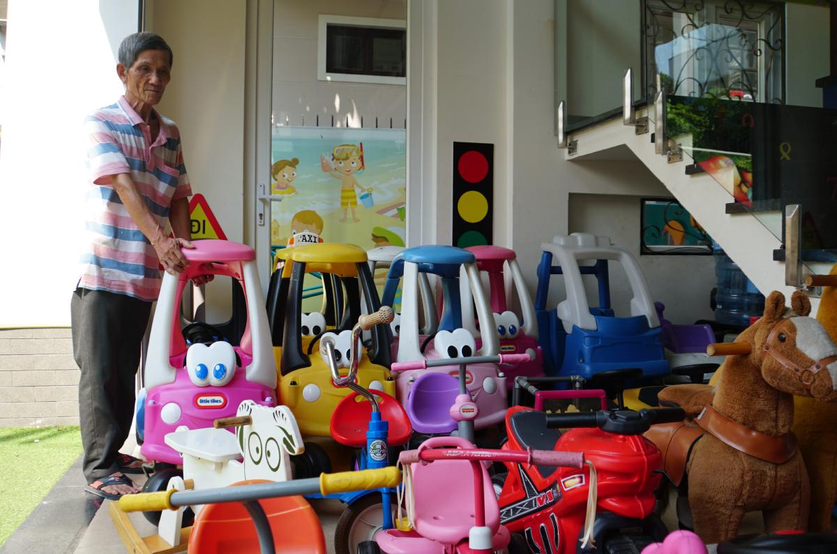 Nhân viên bảo vệ trường Mầm non Chuột túi Thông minh, TP Thủ Đức dọn dẹp đồ chơi cho trẻ hồi tháng 5/2020.  Ảnh: Mạnh Tùng