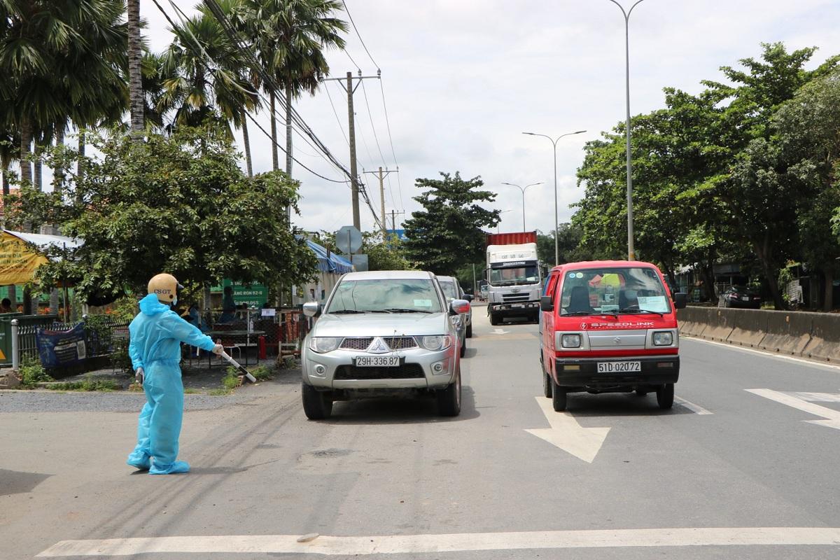 Chốt kiểm soát trên Quốc lộ 22, huyện Củ Chi, trưa 25/9. Ảnh: Đăng Khôi.