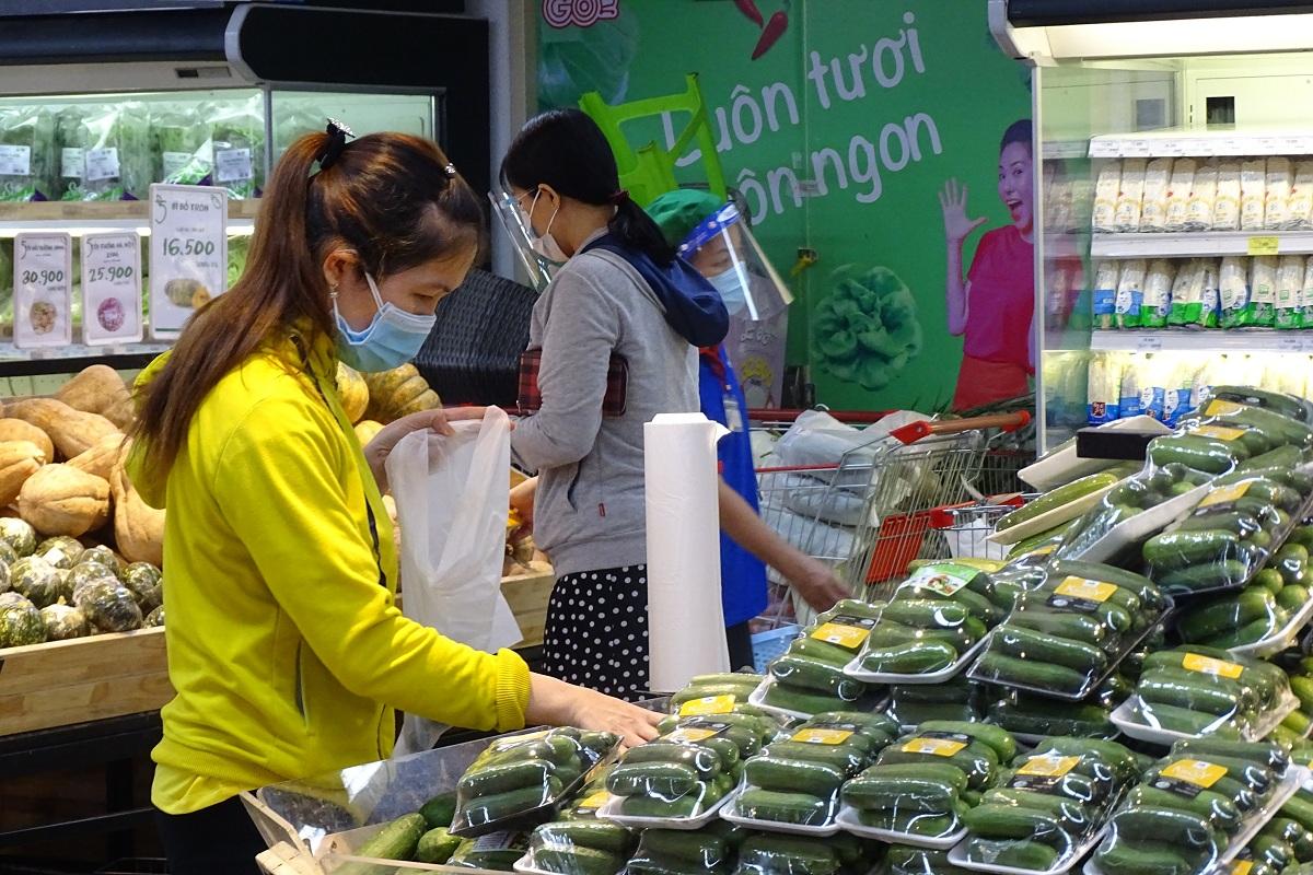 Người dân vùng xanh ở quận 7 đi mua sắm tại siêu thị Go, đường Nguyễn Thị Thập, quận 7, trưa 26/9. Ảnh: Hà An