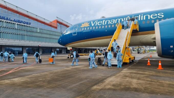 Hành khách trên chuyến bay từ Pháp xuống sân bay Vân Đồn sáng 23/9. Ảnh: Bình Minh