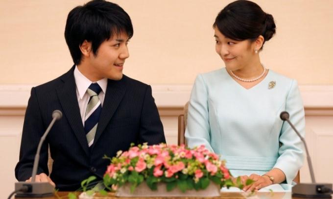 Công chúa Nhật Bản Mako (phải) và hôn phu Kei Komuro mở họp báo công bố đính hôn hồi tháng 9/2017. Ảnh: Reuters.