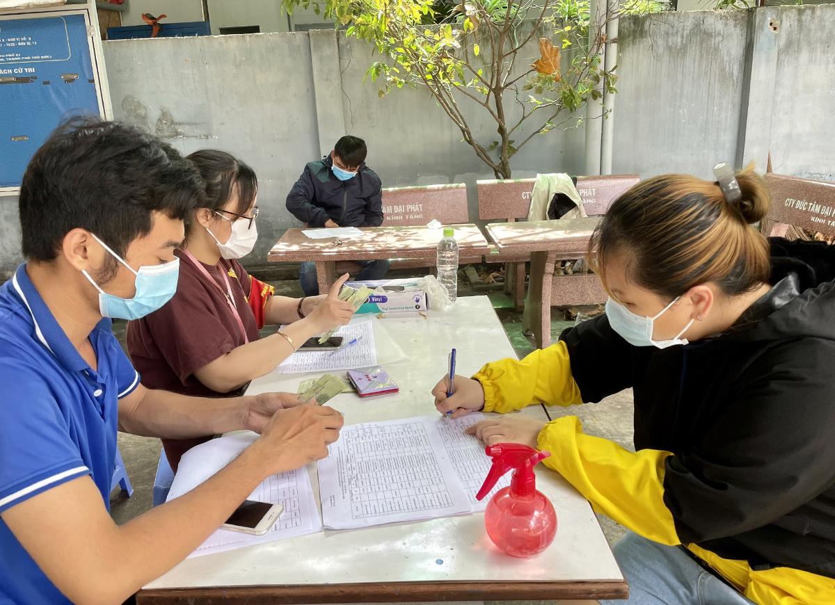 Người dân (phải) ký nhận hỗ trợ tại phường Tam Bình, TP Thủ Đức, đầu tháng 8/2021. Ảnh: Hà An