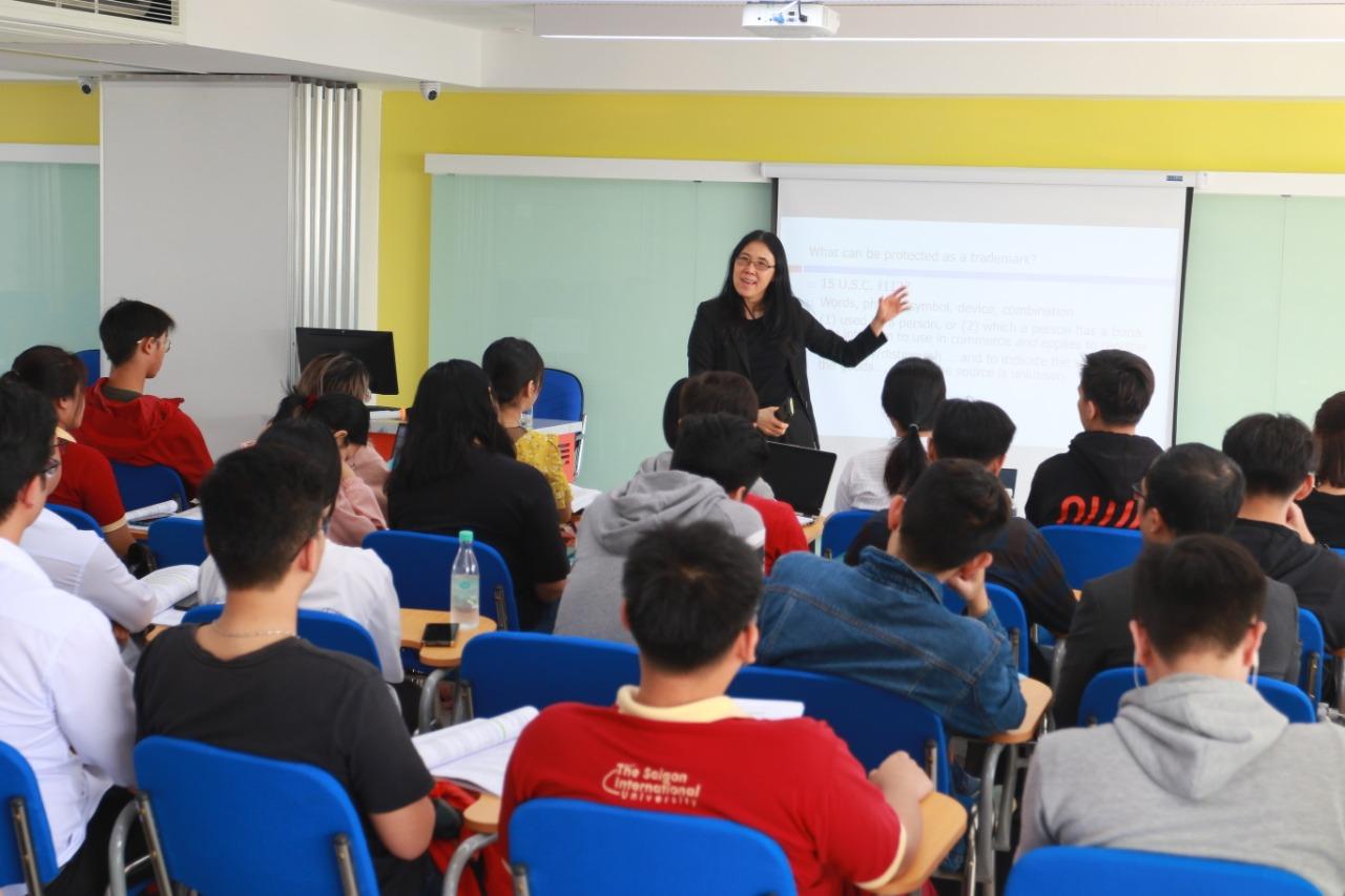 Giáo sư Nguyễn Ngọc Xuân Thảo, Giáo sư Luật học hàm Gerald L.Bepko, từ Đại học Indiana (Mỹ) giảng dạy cho sinh viên chuyên ngành Luật kinh tế quốc tế tại SIU.