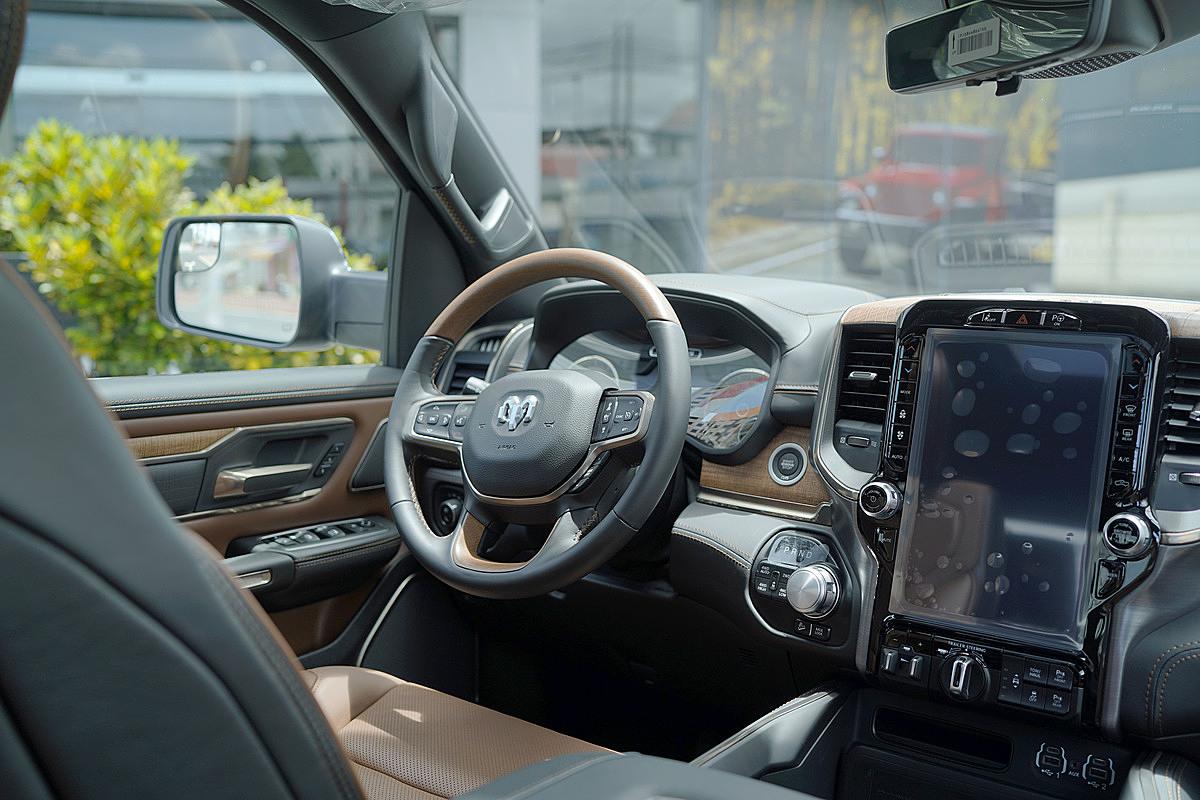 Khoang lái trên phiên bản Longhorn của Ram 1500.