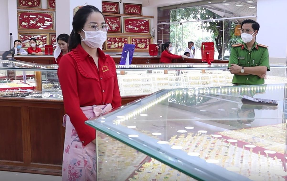 Nhung được đưa về tiệm vàng Kim Hương khám xét. Ảnh: Văn Trăm