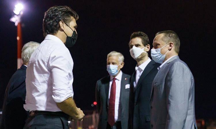 Thủ tướng Canada Justin Trudeau (áo trắng, bên trái) đón hai công dân Michael Kovrig và Michael Spavor tại sân bay rạng sáng 25/9.Ảnh: Twitter/Justin Trudeau.
