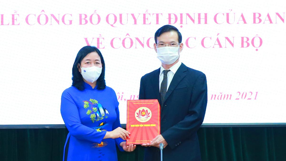 Bà Bùi Thị Minh Hoài trao quyết định điều động, bổ nhiệm ông Triệu Tài Vinh giữ chức vụ Phó Trưởng Ban Dân vận Trung ương. Ảnh: Danvan.vn