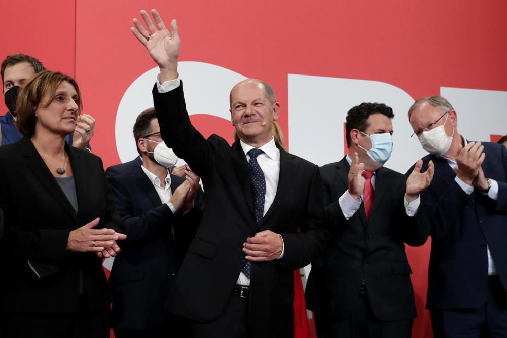 Lãnh đạo đảng Dân chủ Xã hội Đức (SPD) Olaf Scholz vẫy tay với người ủng hộ trong cuộc gặp tại trụ sở đảng ở Berlin hôm 26/9. Ảnh: AP.