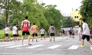 Người dân đổ đi tập thể dục trước khi dỡ lệnh cấm
