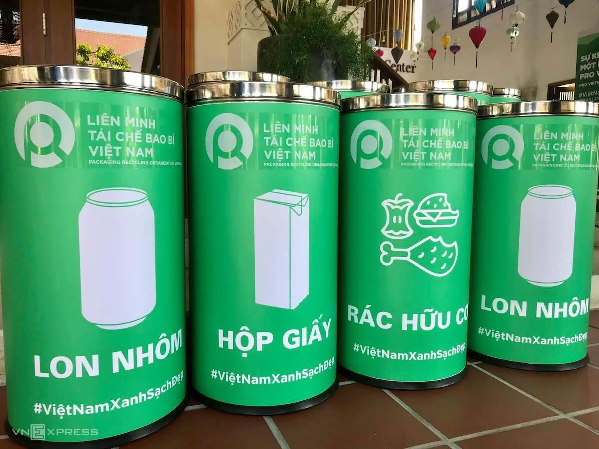 Các thùng phân loại rác của một liên minh tái chế tại Việt Nam. Ảnh: Gia Chính. Ảnh: Gia Chính