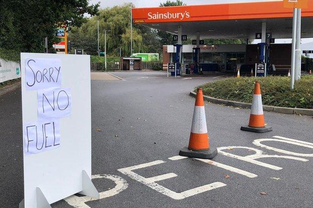 Bảng thông báo hết xăng tại một trạm xăng dầu ở Farlington, Portsmouth, Anh hôm 25/9. Ảnh: Portsmouth News.